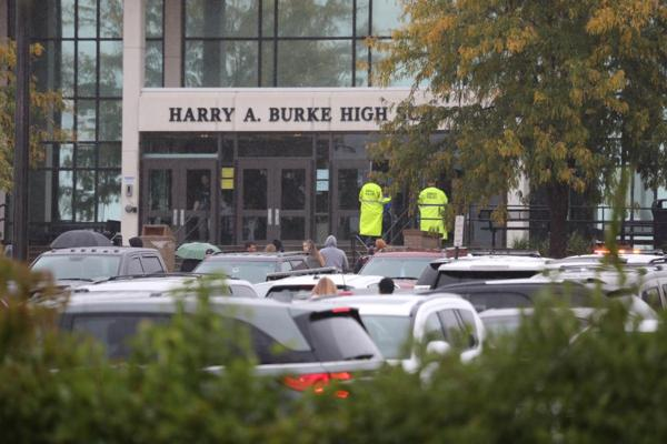 According to the texts of 911 dispatchers, a male student cut out a student, and after that he himself in Burke